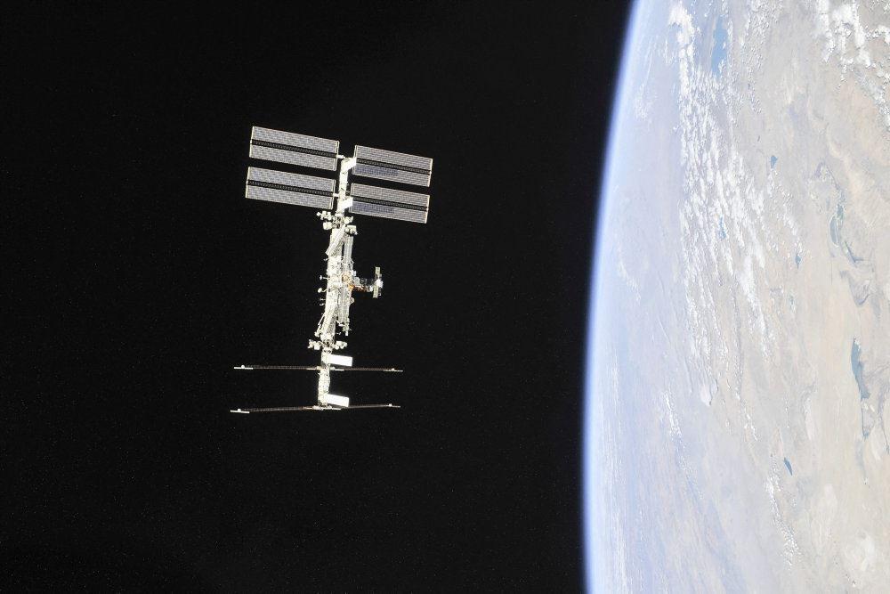 Den Internationale Rumstation set med jorden i baggrunden
