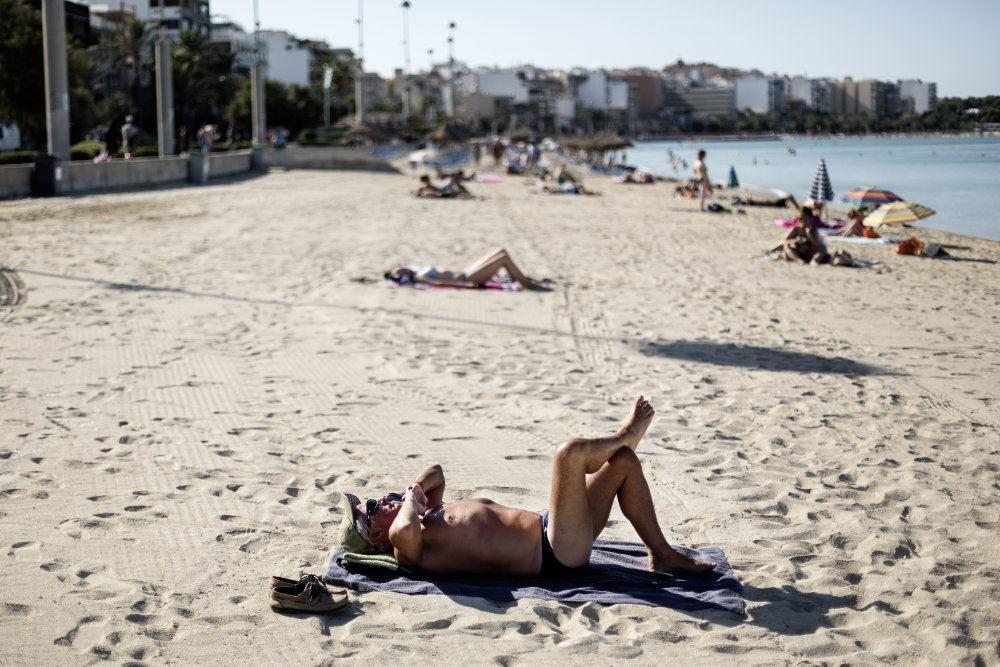 En halvnøgen dame på en strand