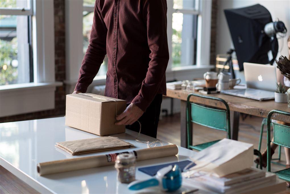 En mand ved et pakkebord