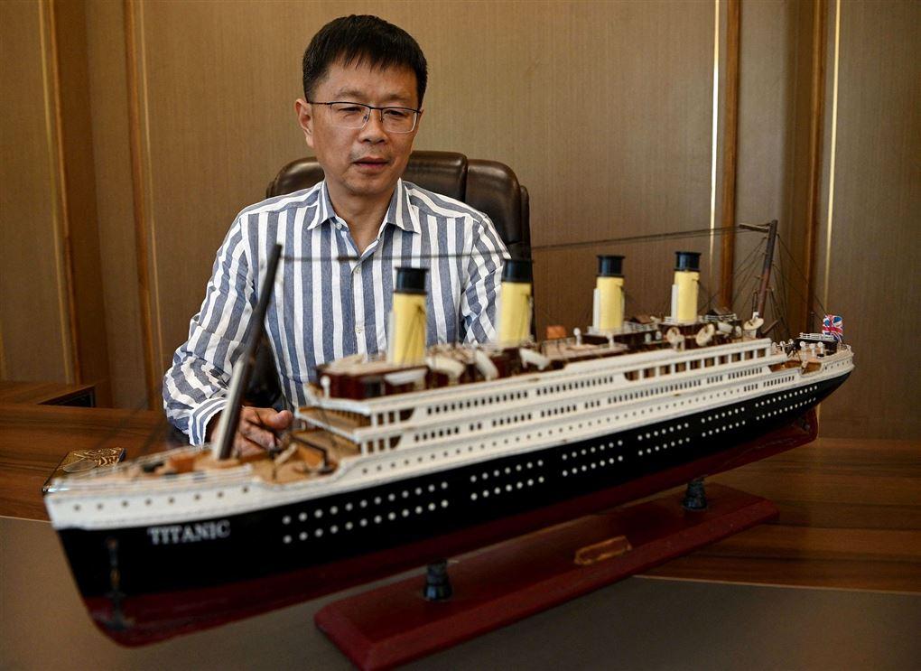 Kineser med model af Titanic