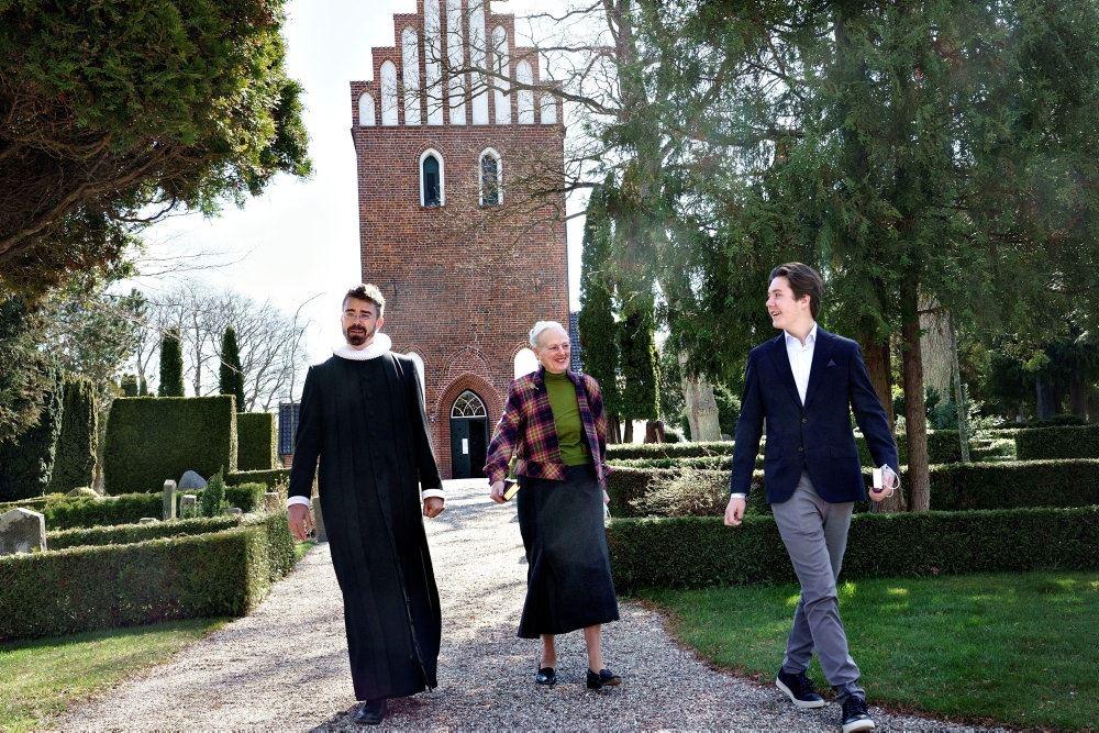 prins Christian og Dronningen ude foran en kirke