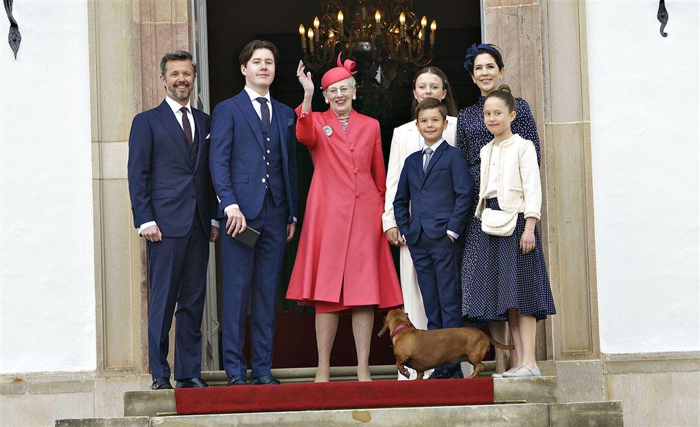 Den kongelige familie på trappen til kirken i Fredensborg