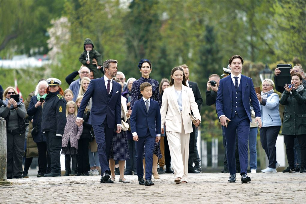 Kronprinsfamilien på vej over slotspladen i Fredensborg