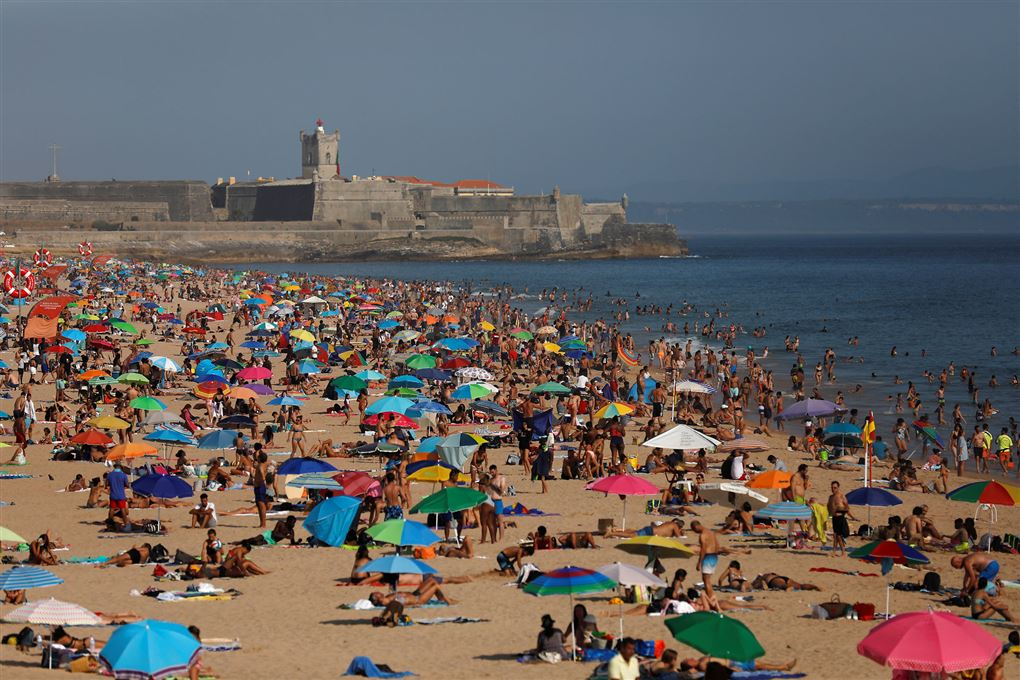Strand proppet med turister