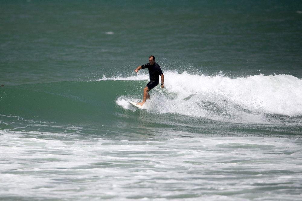 Surfer på bølge