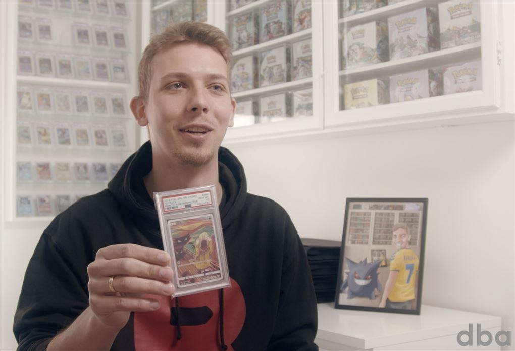 mand med pokemon-kort