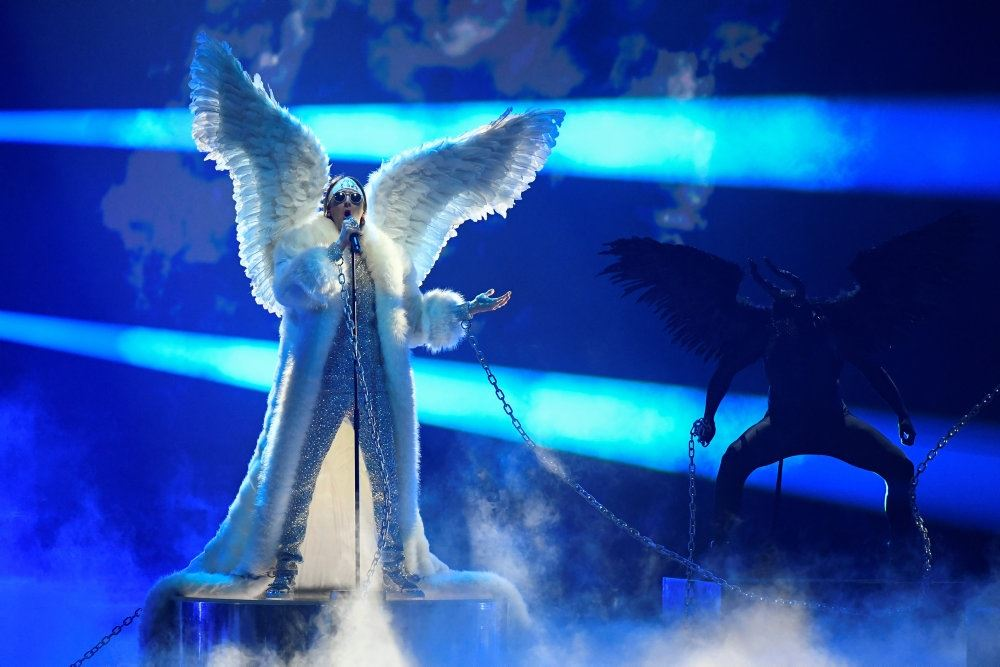 mand med vinger står på scenen
