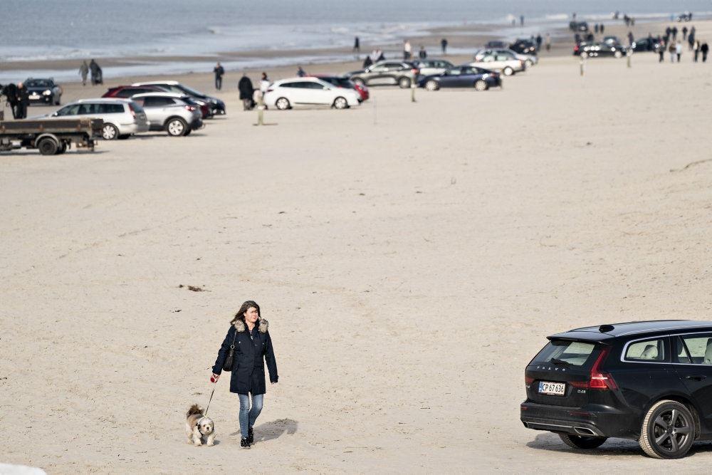 person går på stranden