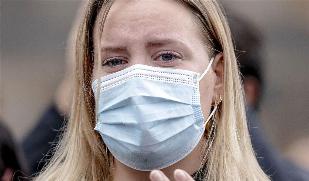 billede af kvinde med mundbind