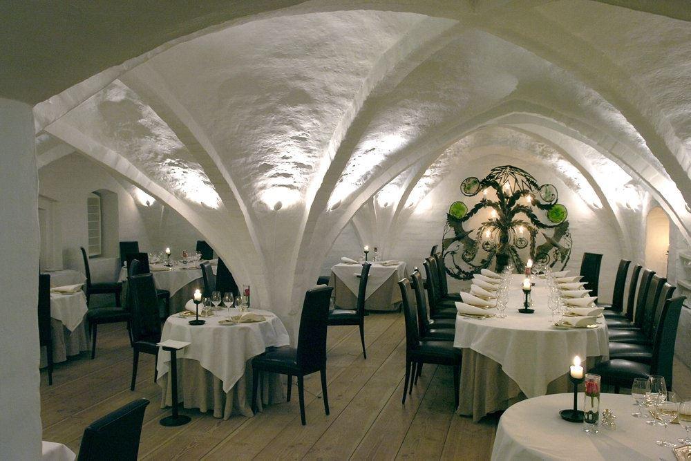 restaurant med dækkede borde
