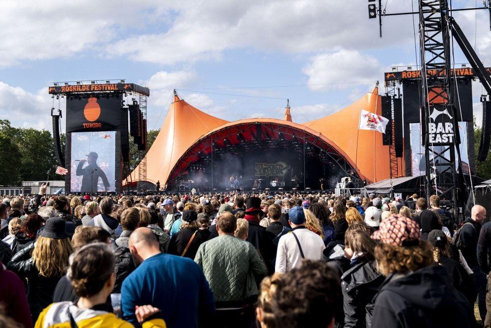 publikum foran orange scene på roskilde festival