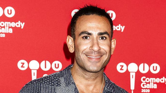 Abdel Aziz Mahmoud på den røde løber. Han smiler stort.