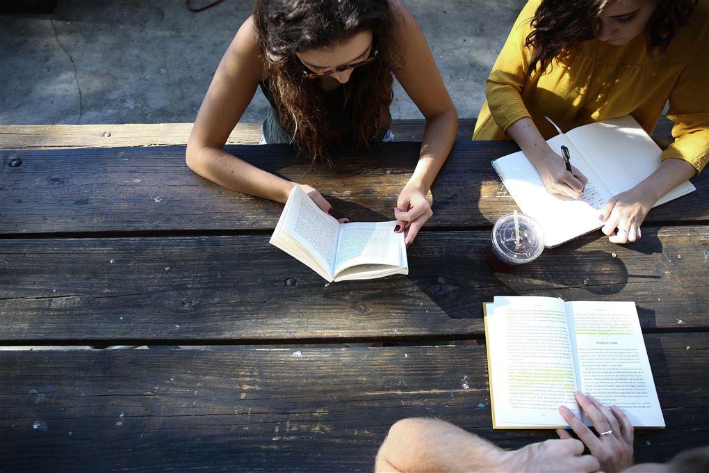 Tre piger sidder og læser