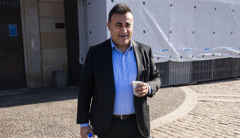 En smilende Naser Khader med en kaffekop i hånden