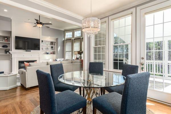 En smagfuld dagligstue med bløde møbler og godt lysindfald