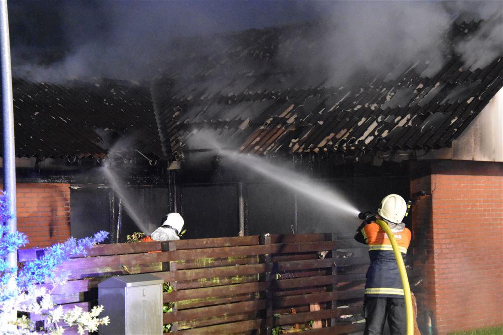 brandfolk bekæmper branden