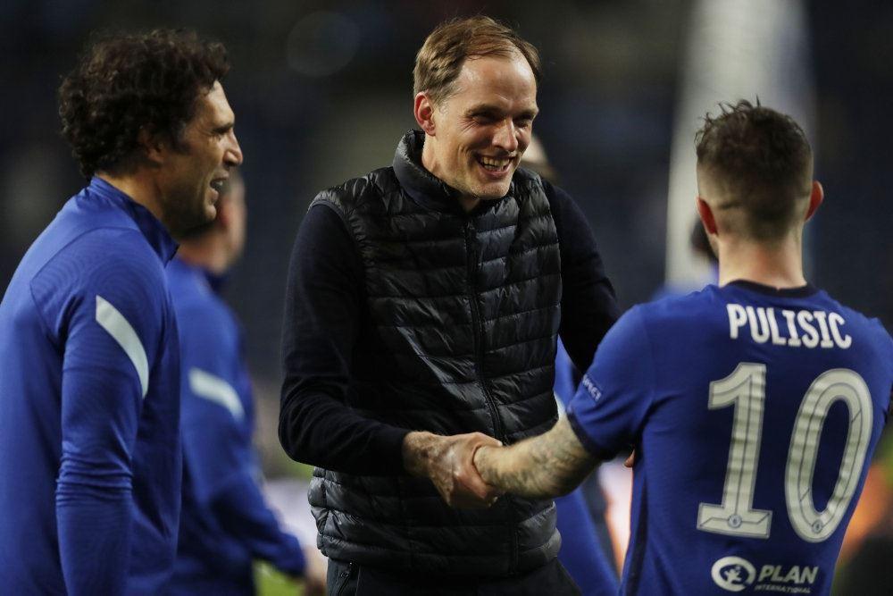 En glad mand lykønsker nogle fodboldspillere