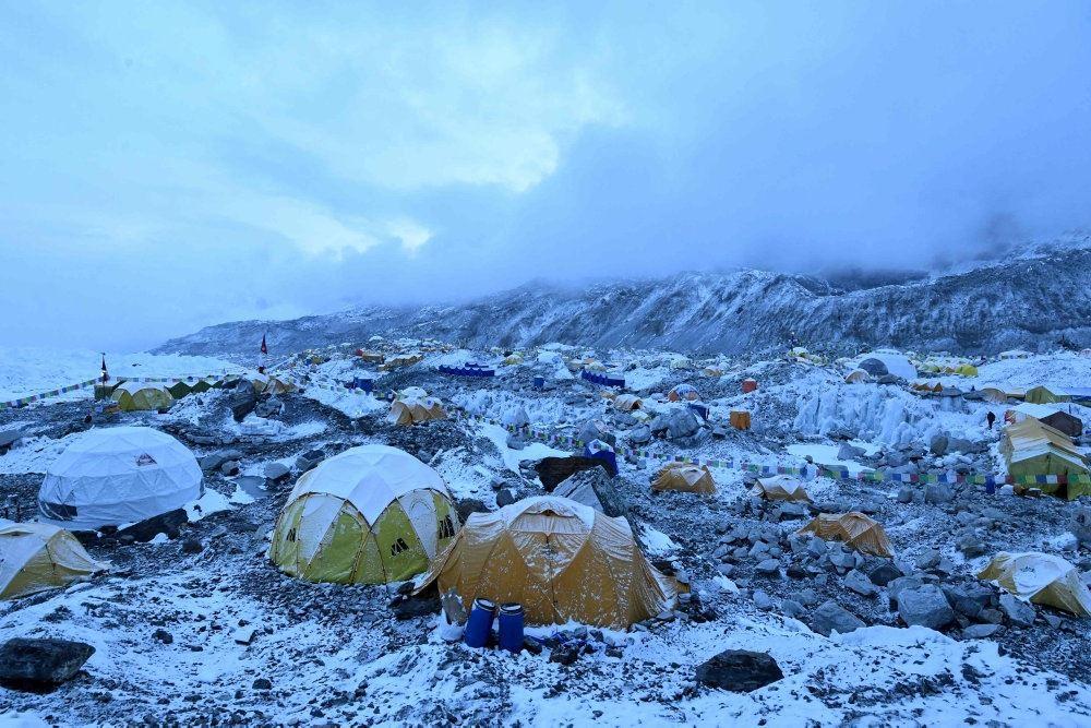 En teltlejr i sne på mount Everest