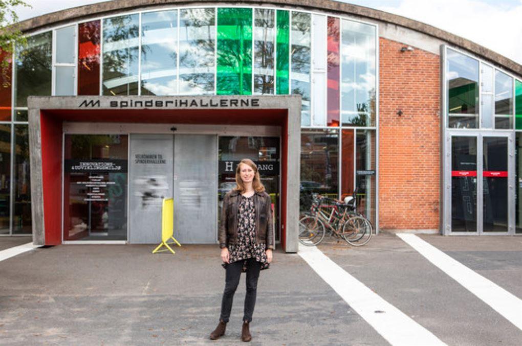 En kvinde foran en bygning