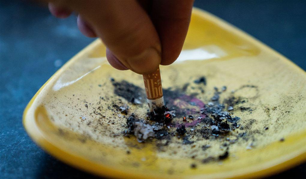 cigaret bliver slukket i askebæger
