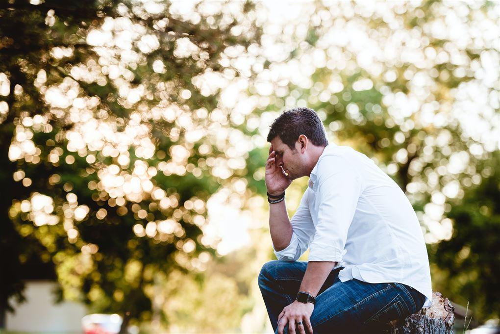 En trist mand i en skov