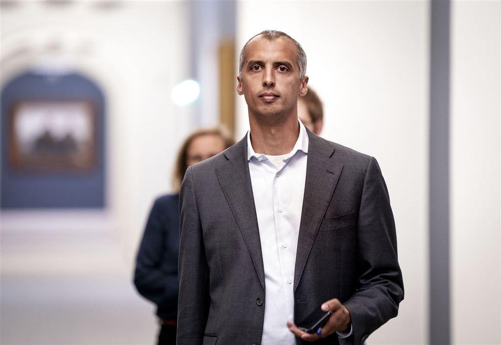 mattias tesfaye går på gangen på christiansborg