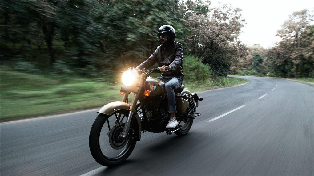 En motorcykelist med sort hjelm