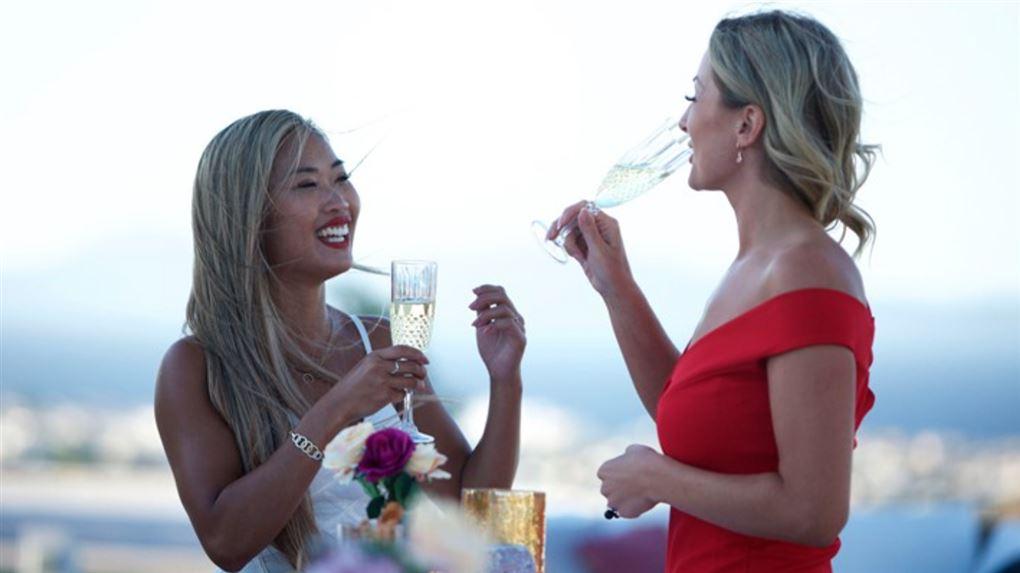 To smukke kvinder drikker champagne