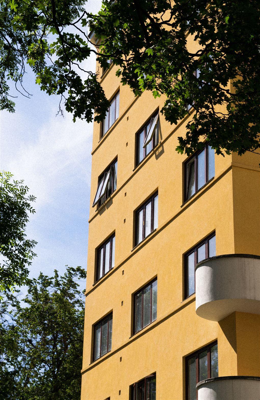 en gul etageejendom