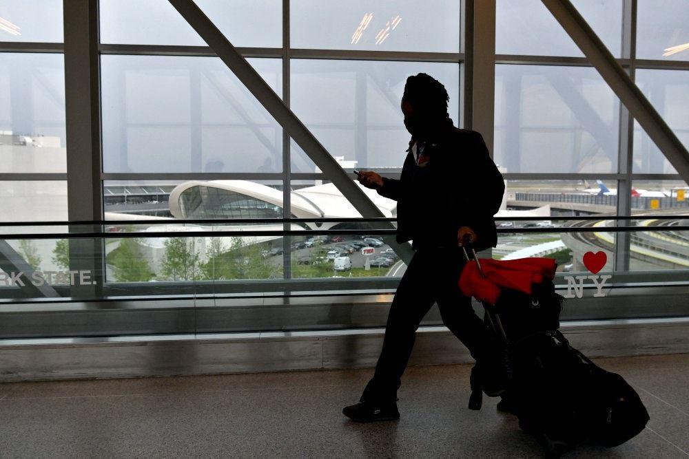 mand går i lufthavn