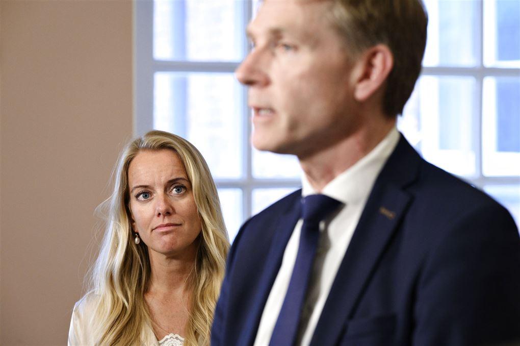 Pernille Vermund kigger skeptisk på Kristian Thulesen Dahl, der taler