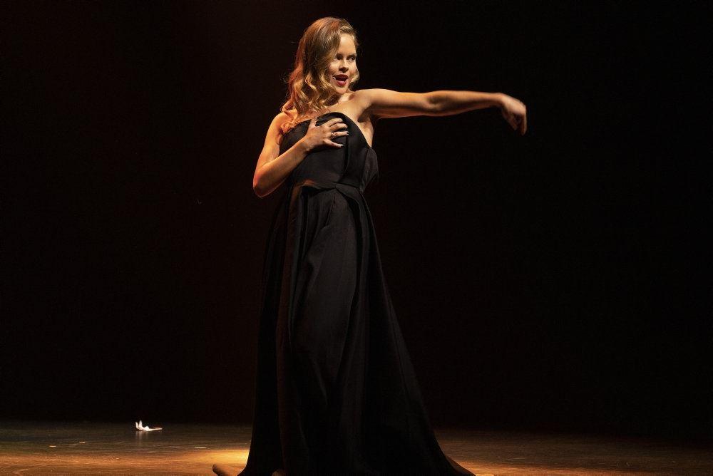 En ung kvinde på scenen
