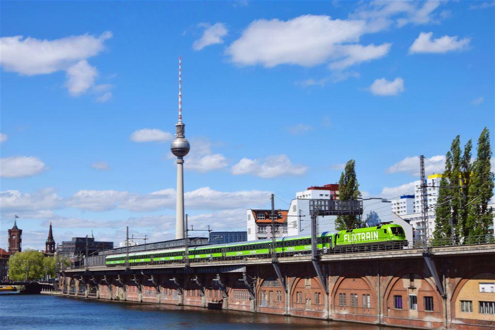 Et flixtrain kører gennem Berlin