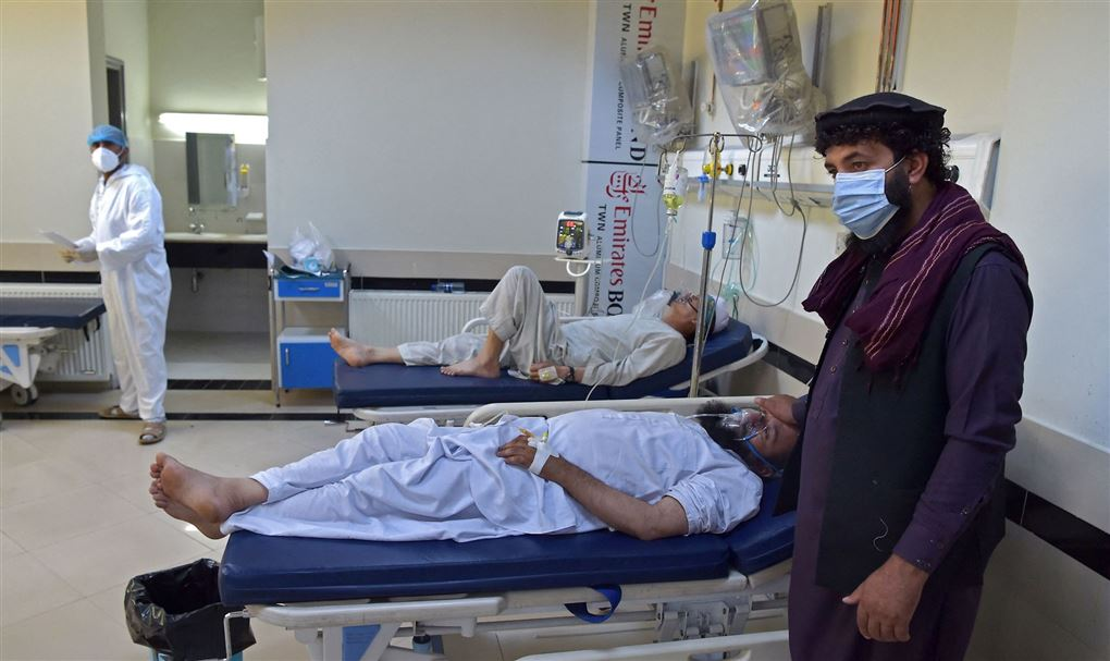 en pårørende ses ved sygeseng på hospital