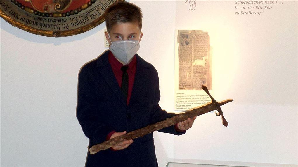 drengen står med sværdet i hænderne