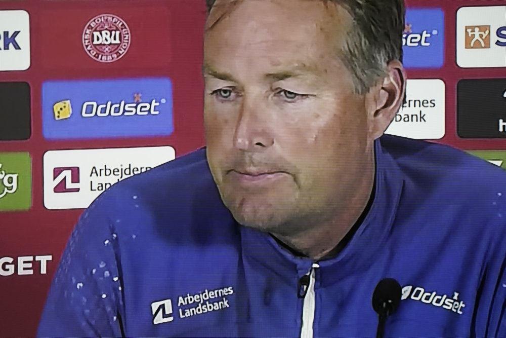 Landstræner Kasper Hjulmand med alvorligt ansigt