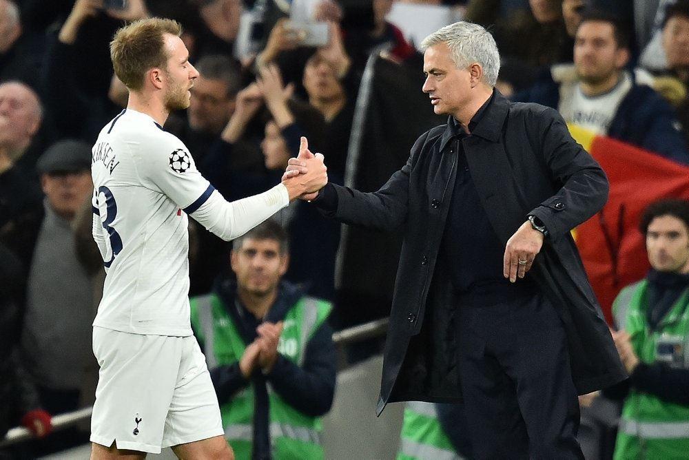Christian Eriksen og José Mourinho giver hinanden hånden