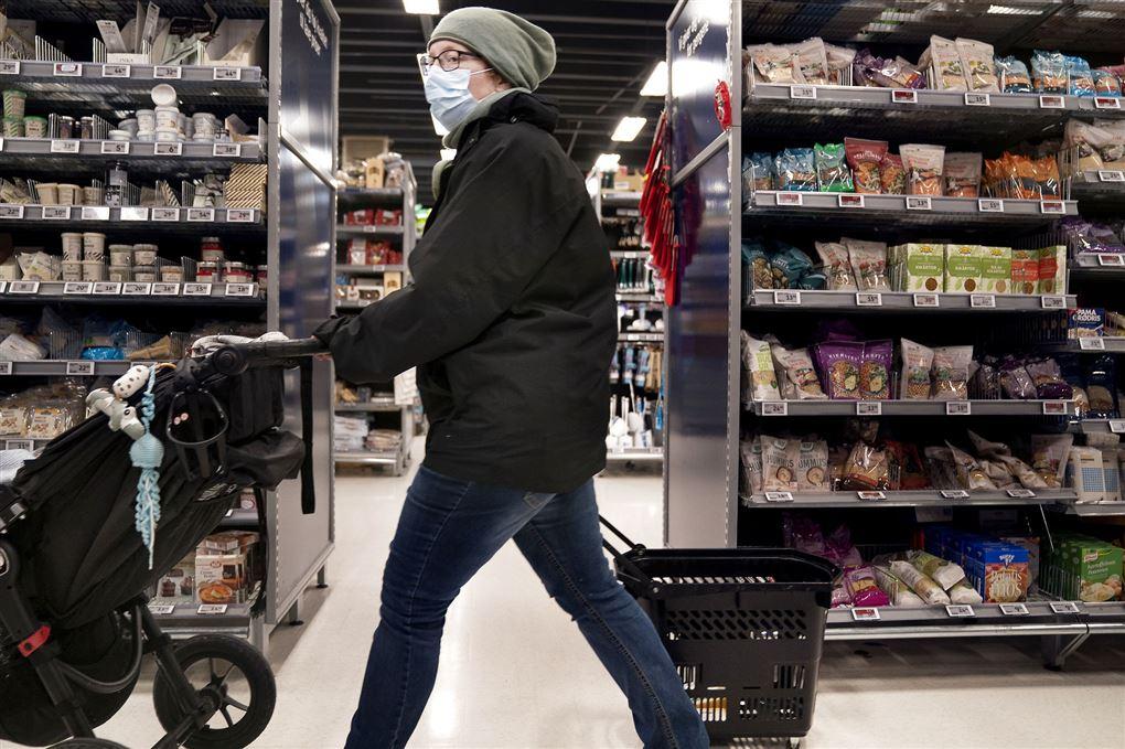 En kunde i supermarked med mundbind