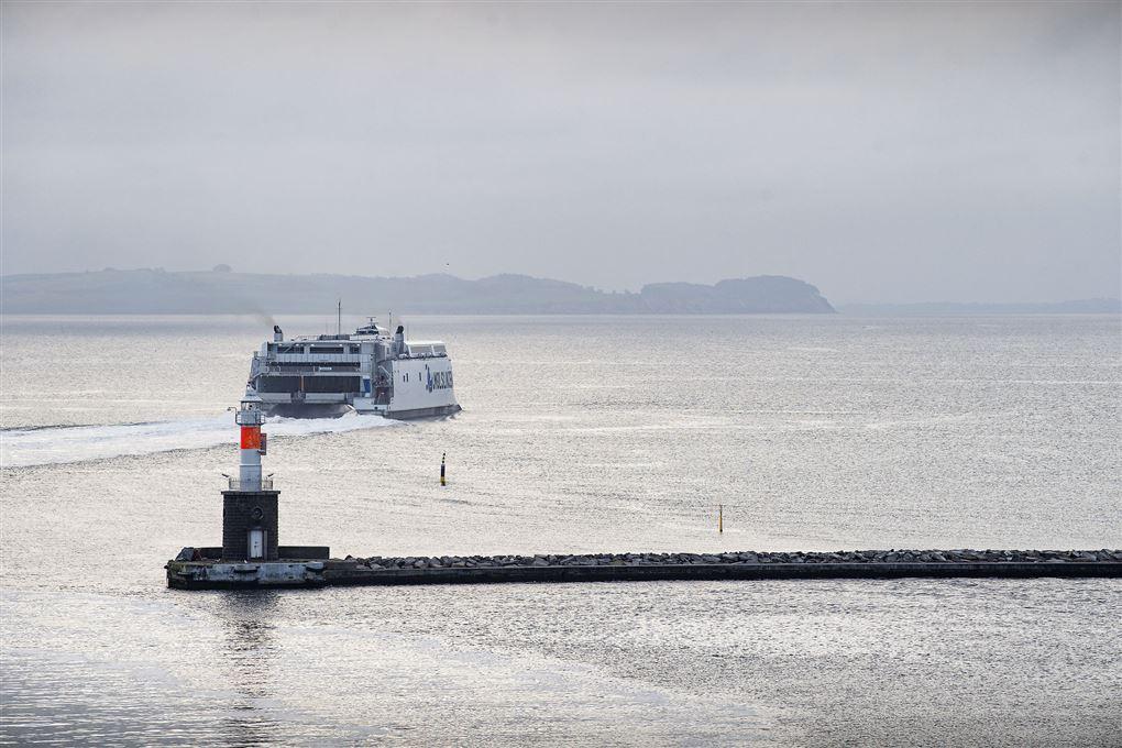 færge sejler fra havn