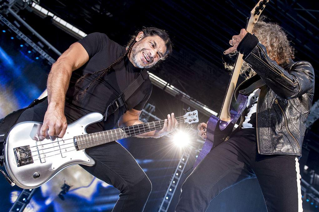to musikere på scenen