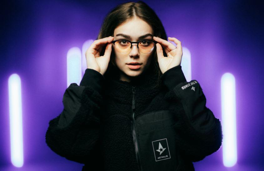 En kvindelig gamer med briller