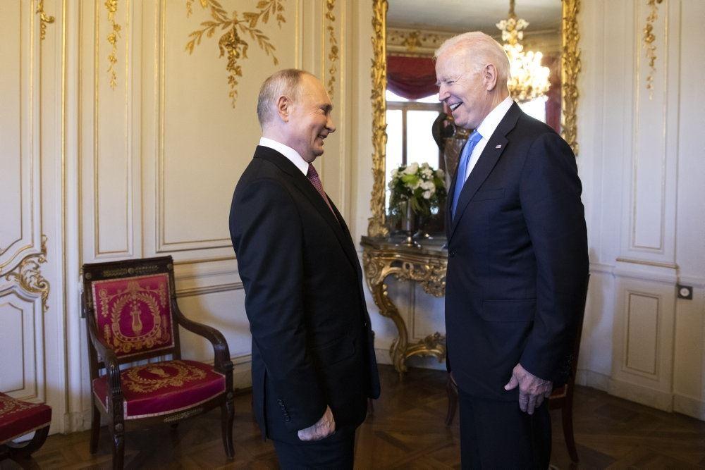 putin og Biden står overfor hinanden