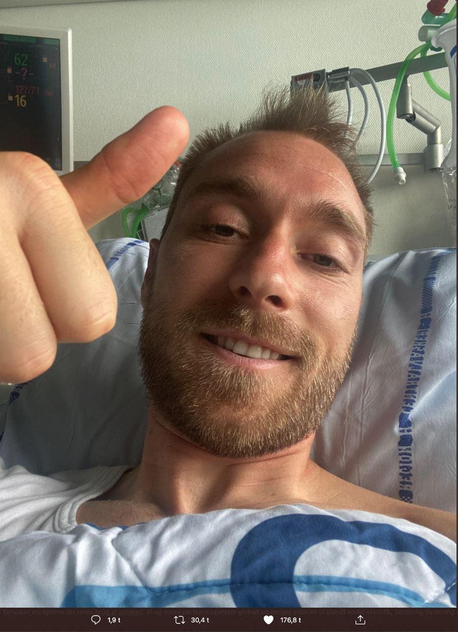 En mand giver tomlen op fra en sygeseng