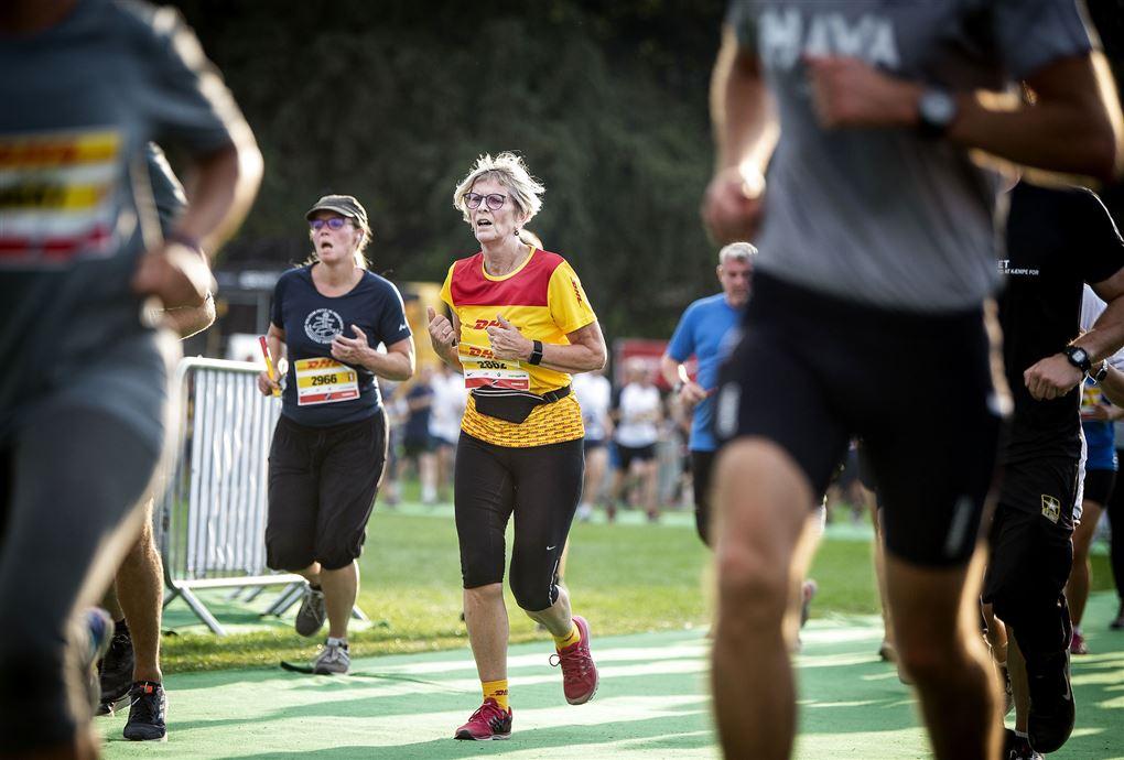 motionsløbere løber i fælledparken i københavn