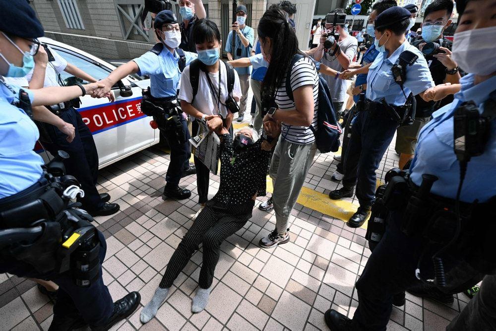 Aktivist slæbes væk af politi
