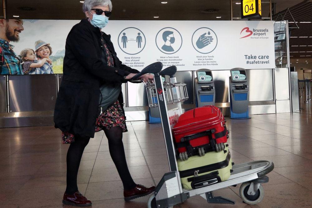En flypassager i en lufthavn