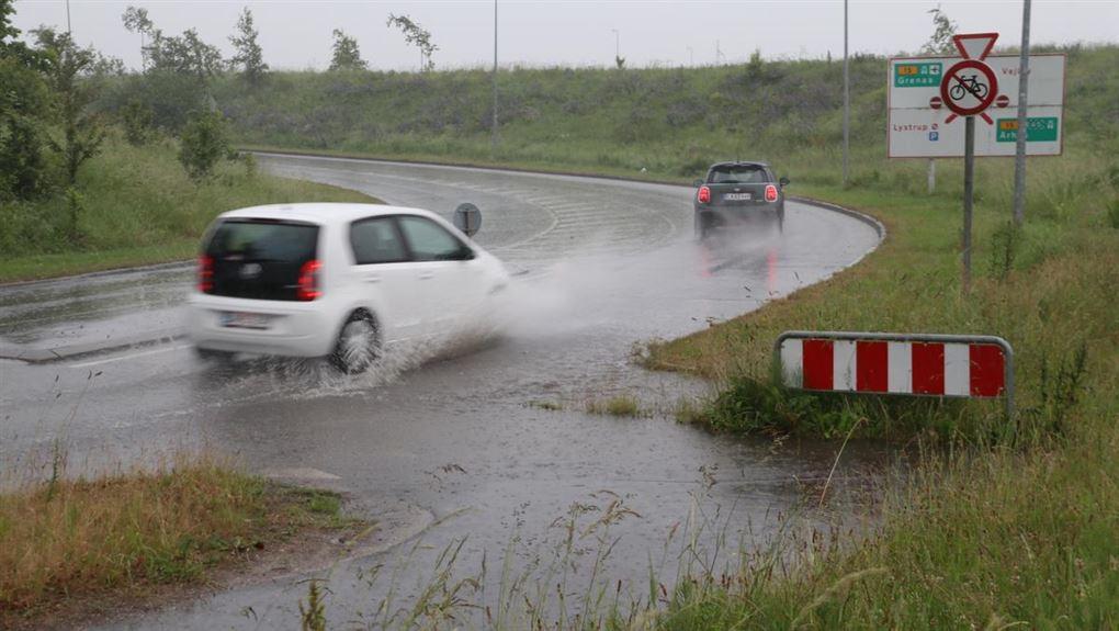 To biler på en våd vej