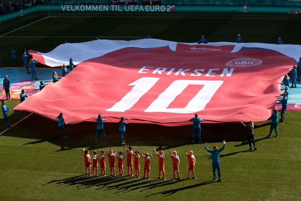 Den store trøje med Christian Eriksens navn og nummer på som kom på banen før kampen mod Belgien.