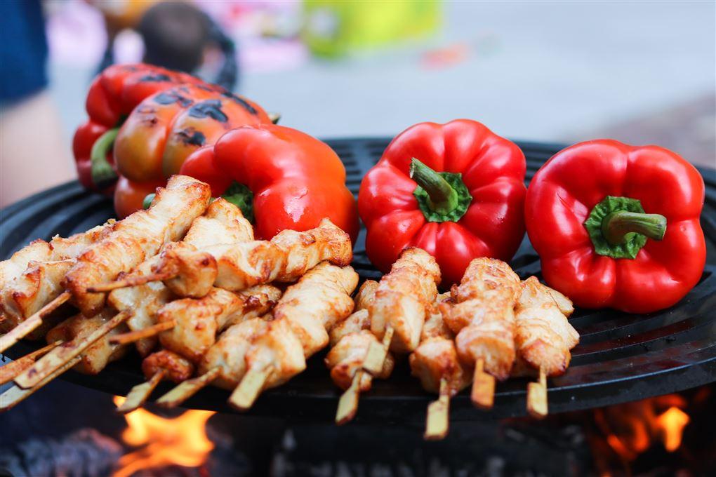 kød og grønsager er lagt på en grill