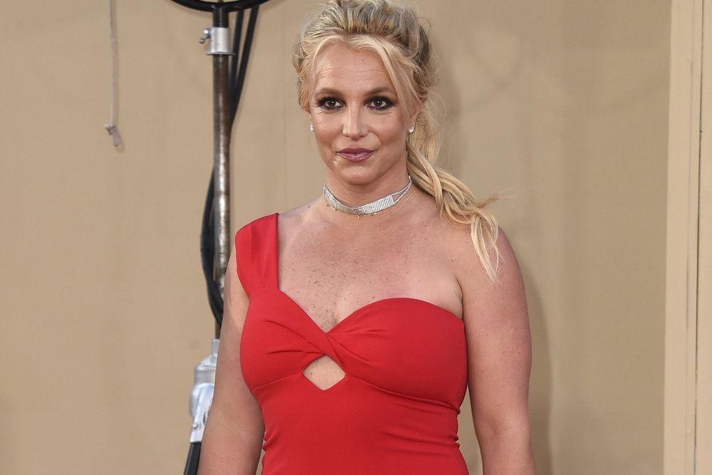 En blond kvinde i rød kjole